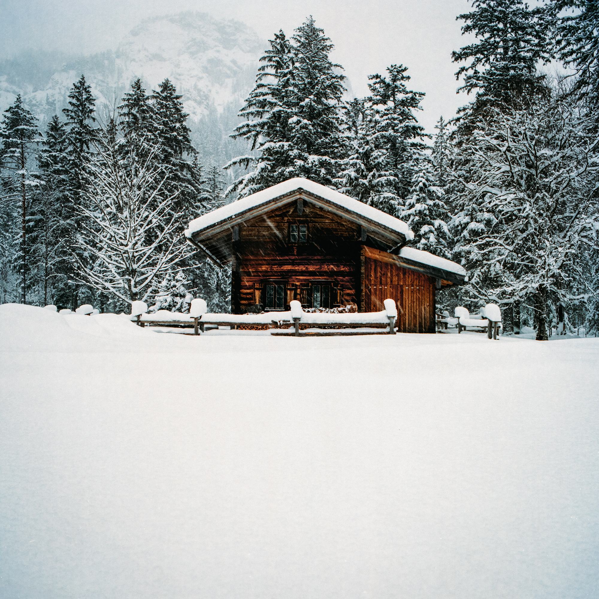 Blockhütte inmitten einer tollen Schneelandschaft