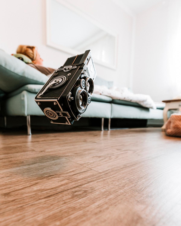Rolleiflex schwebt über Boden