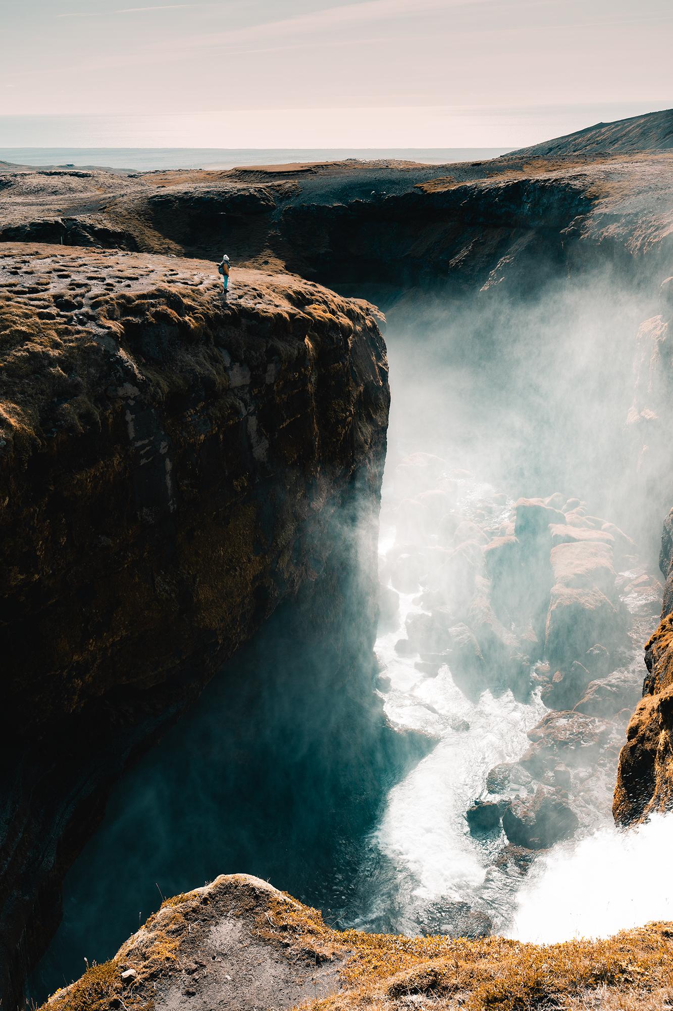 Skogafoss - Island, tiefe Schlucht mit tosendem Zufluss für den Wasserfall
