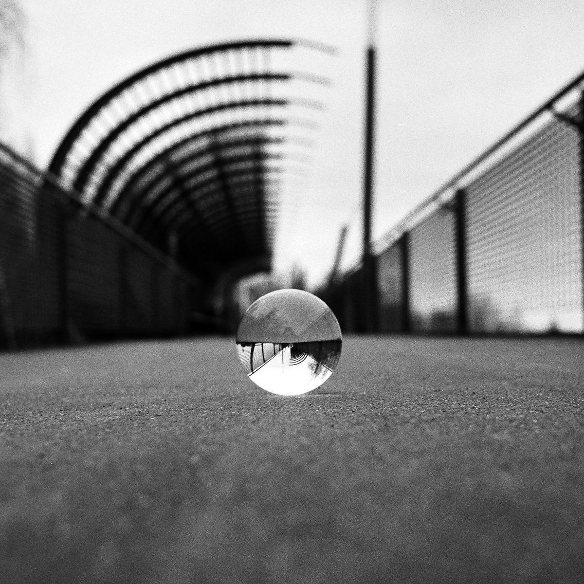 Glaskugel auf der Fußgängerbrücke im Westpark in Bochum